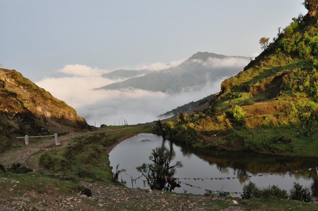 কুয়াশা কাটার পর কালাপোখরি ও তার অদূরবর্তী পাহাড়মালা
